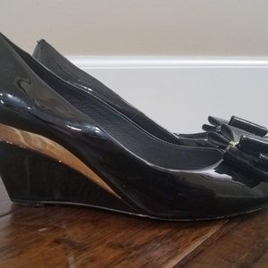 Vince Camuto Black & Gold Peep-Toe Wedges Size 9.5